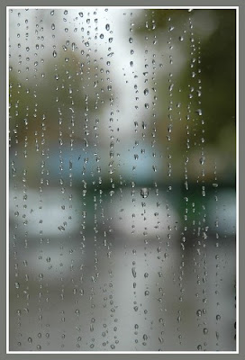 Дождь на стекле.