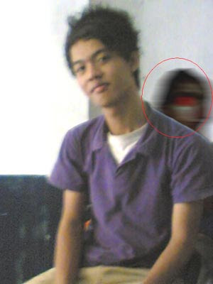 PENAMPAKAN:Hantu wanita bermata merah -FOTO HANTU-RAMAL