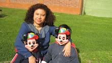 ratoncitos Micky Mouse!Aquí están en un asoleado día primaveral junto a su profmane