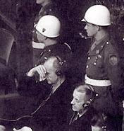 Tribunal Internacional de Nuremberg: Karl Doenitz, no banco dos réus(mão direita na fronte)