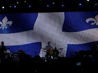 McCartney con la bandera de Québec de fondo