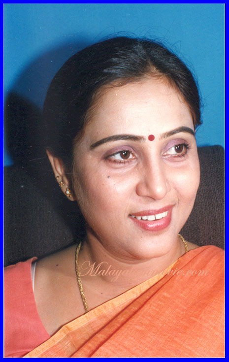 Old Actress Geetha In Saree Bra Visible