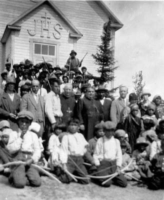 Cette photo de Corbeil et de Guinard m'a été fournie par Micheline Raîche Roy. A-t-elle été prise à la réserve Manawan (Manouane) ou à Wemotaci ? Elle doit dater de 1920.