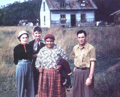 WEMOTACI, 1953. Ma mère, Maizy Lee, et mon père, Émile Cantin. Nous sommes souvent allés  de l'autre côté de la rivière, face à Sanmaur, à la réserve. Curieusement, ma mère parlait de Manouane. À la gauche de ma mère, l'institutrice de la réserve. Photo de Léopold Lacasse.