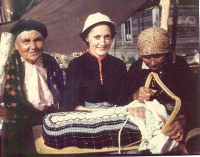 Ma mère, Maizy Lee, à Wemotaci, au printemps 1953. D'habitude sauvage, ma mère, qui se mêlait rarement aux autres résidants de Sanmaur, aimait rencontrer les Amérindiens, qu'elle appelait