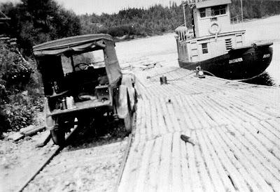 Photo aimablement fournie par Paul Tremblay, dont le grand-père, Alfred Dubé, fut maître de poste à Sanmaur. Ici, c'est sans doute l'accès à la rivière Saint-Maurice, à Chaudière.