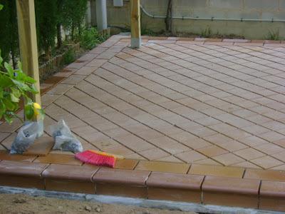 Reformas pergolas en patios suelos rusticos 2 for Suelos de patios