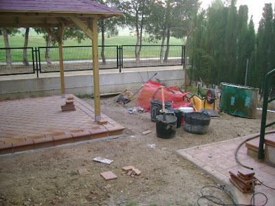 Reformas pergolas en patios suelos rusticos 3 for Suelos patios rusticos