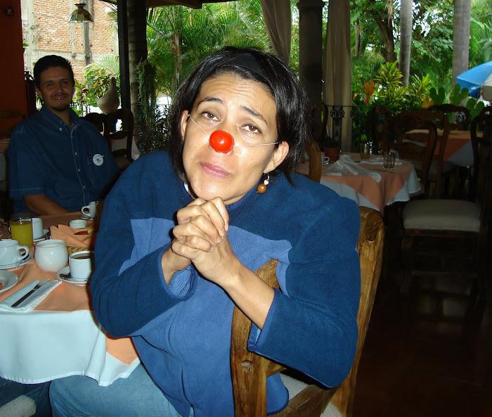 Al fondo, Luis Fernando. De nariz de bola, roja y ojos de chivo, Nati