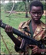 Retrato de niño con ametralladora