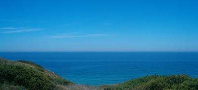 Mar azul da praia da Amoreira