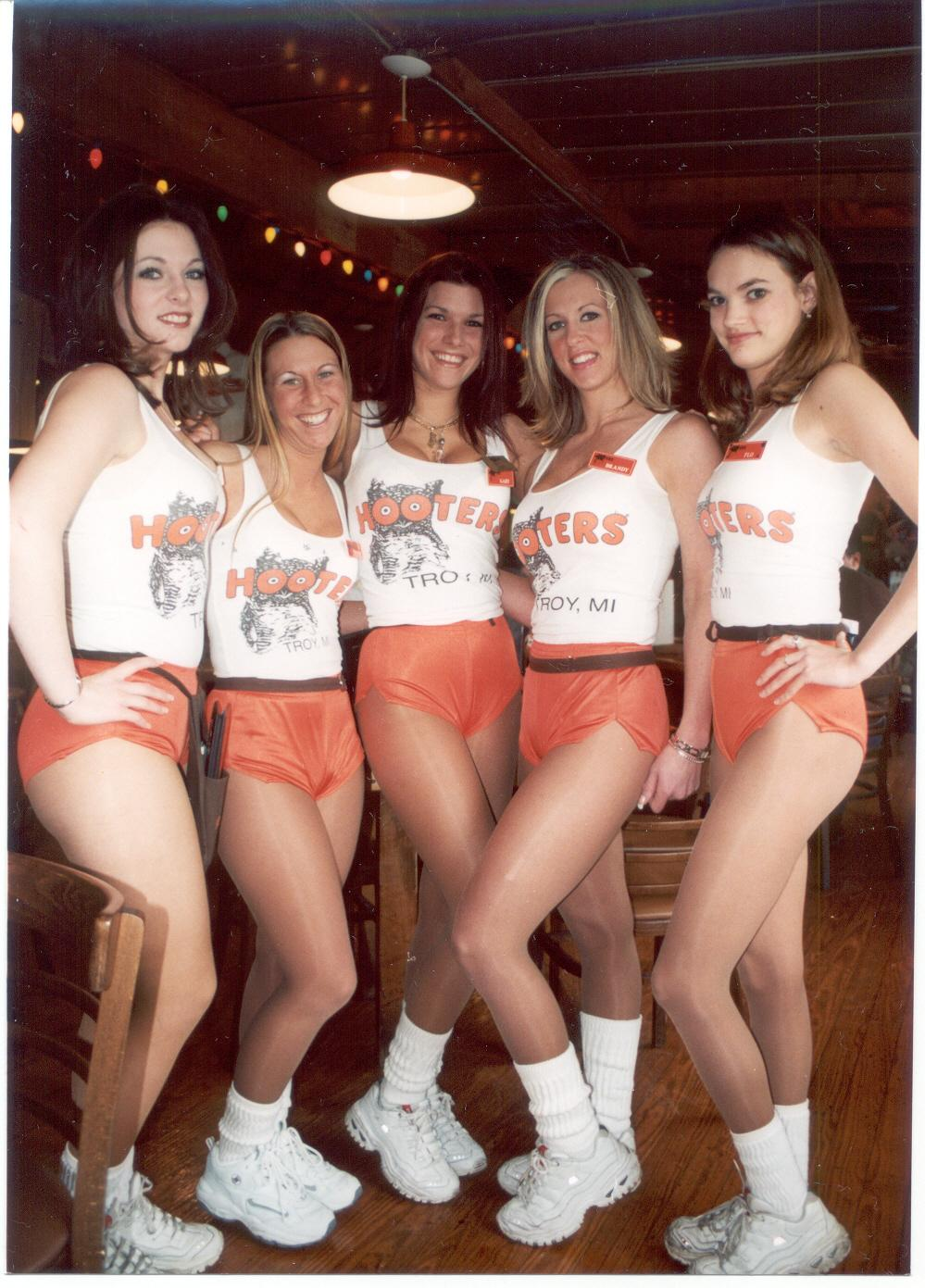 Hooters girl candid — photo 6