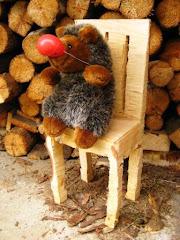 egeltje op houthakker-   stoel - 20 euro