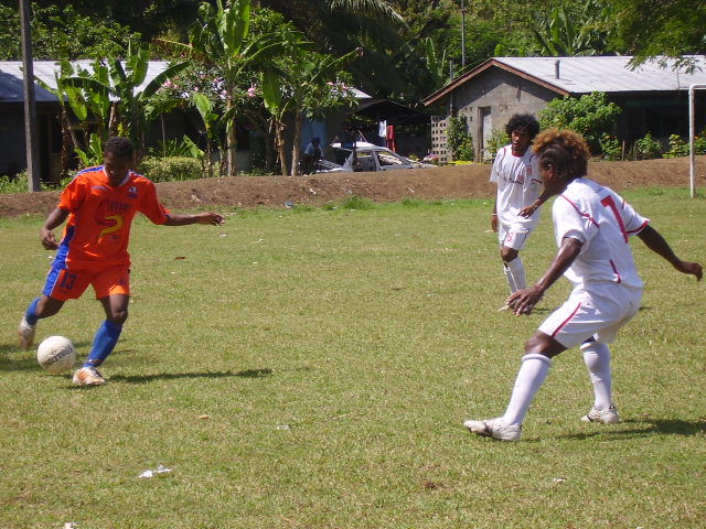 SANTOS' RIGHT FLANKER GUYLLARD IN ACTION WITH THE BALL AGAINST TELEKOM FC ON 10.11.07