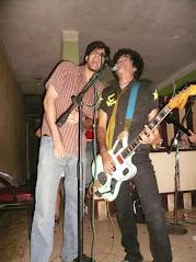 Claudio y Gorki, cantando El policia de la cultura...