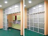 Раздвижная офисная перегородка разделяет кухню и рабочее помещение