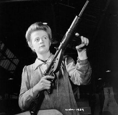 Fusil Mitrailleur BREN Woman+worker+poses+with+finished+Sten+submachinegun,+Small+Arms+Plant,+Long+Branch,+Ontario,+Canada.1942