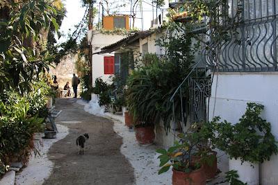 Um passeio pedestre pelo BAIRRO DE PLAKA em Atenas | Grécia