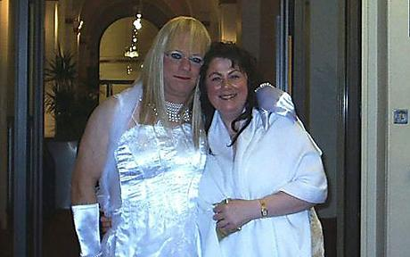 снимал трансвестит жена и муж обгимаю