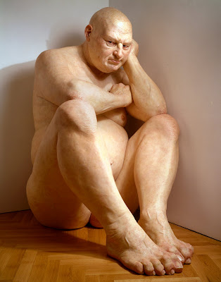 Ron Mueck, Untitled (Big Man), 2000, Courtesy of Hirshhorn Museum and Sculpture Garden, Smithsonian Institution, Washington (DC) Museum Purchase with funds provided by the Joseph H. Hirshhorn Bequest and in honor of Robert Lehrman, Chairman of the Board of Trustees, 1997-2004, for his extraordinary leadership and unstinting service to the Hirshhorn Museum and Sculpture Garden