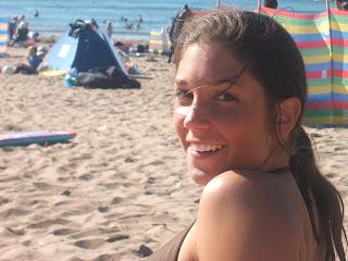 mujer sala en la playa