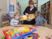 d6eb6aa4a7f Meie rühmas on laste lemmik kohaks ikka olnud nukunurk kus igapäevaselt  palju aega veedetakse. Nukunurga lahutamatuks osaks on kindlasti  raamaturiiul.