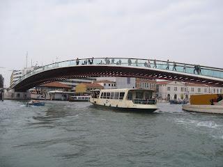 Vaporetto, con el Puente de Calatrava