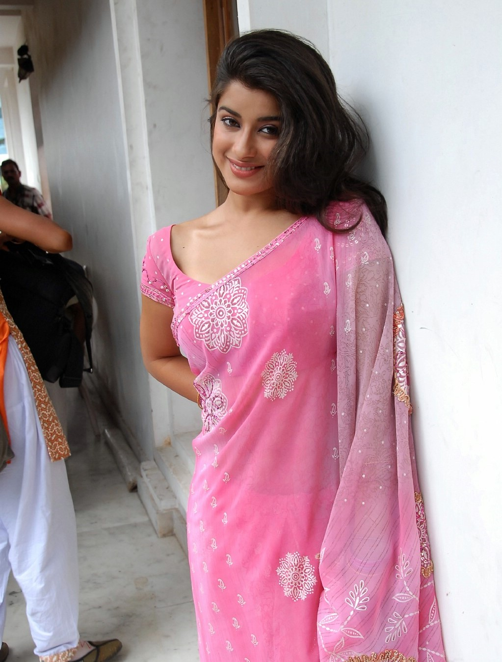ACTRESS & ACTORS: Madhurima Hot Stills In Saree