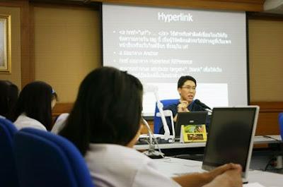 ภาพขณะบรรยายเรื่องการเขียน HTML ให้นักศึกษาพิเศษฟัง