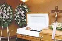 Pedro llora la muerte de su padre; le acompañan peloteros activos y retirados