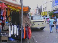 Barraquinhas vendem de roupas a bugigangas