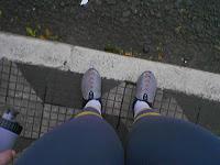 Esperando pra atravessar a rua