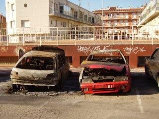 La policia local de Malgrat de Mar i els mossos d'esquadra investiguen qui o què va provocar l'incendi de 4 cotxes la passada setmana a la població.