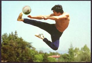 Брюс Ли с мячом