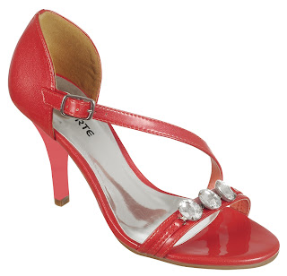 5a495fc26 Seguindo o dia-a-dia de suas consumidoras, a Via Marte lança vários novos  modelos de sandálias e tamancos voltados para o calor do alto verão.