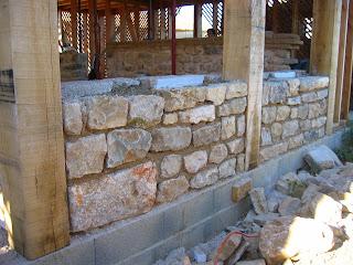 les nouals suite mur soubassement pierres lattis adobes. Black Bedroom Furniture Sets. Home Design Ideas