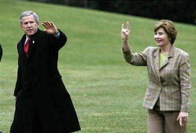 http://bp2.blogger.com/_e9DesMPKLRI/R9iPclpCybI/AAAAAAAAAR8/9GKRhCUqHS4/s400/laura_bush_and_the_horned_god_salute.jpg