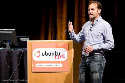 Mark Shuttleworth pide sincronizar la liberación de las dis