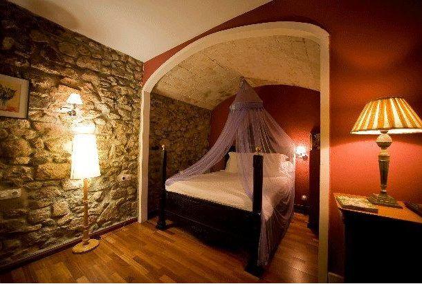 Colores para Decorar Con que colores combina una pared de piedra en dormitorios