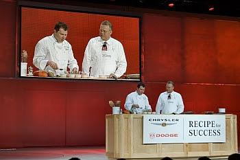 Tom LaSorda und Fernsehkoch Bobby Flay bei der Chrysler-Pressekonferenz auf der Detroit Auto Show 2007 © Cornelia Schaible