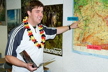 Tobias Reiche zeigt auf einer Deutschlandkarte, wo er herkommt © Cornelia Schaible