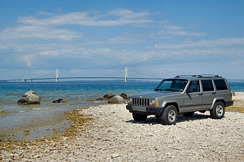 Mackinac Bridge mit Jeep © Cornelia Schaible