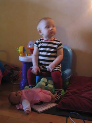 0c6bd22e220 Hon har faktiskt åldersadekvata leksaker också. Bästa lekhörnan finns under  trappan.
