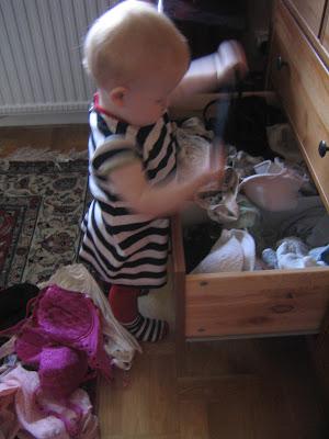 87d7484829d Favoritleksak nummer två är som sagt underklädeslådan. Hon har förstått  konceptet kläder. Det är saker som skall dras över huvudet.