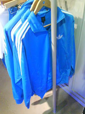 L ensemble Adidas Firebird bleu à bandes blanches (collection 2008) 457b4cc53f4