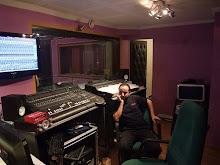 Le réalisateur Chrif Tribak  qui écoute la musique de son film