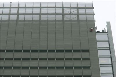 Simple Browser 2 Men Climbs New York Times Building