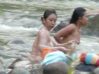image Indonesia cewek mandi sambil direkam teman