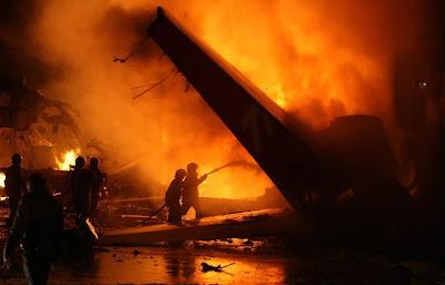 Bombeiros apagam fogo de galpão da TAM atingido por Airbus e Congonha / Foto de Eugênio Goulart, do Diário de São Paulo