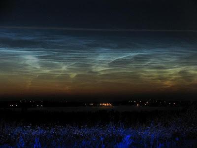 http://bp3.blogger.com/_gTJMEP-c2fo/SGDoBhUnPoI/AAAAAAAAAto/fpVi9Ry5eN4/s400/Noctilucent_Clouds.jpg